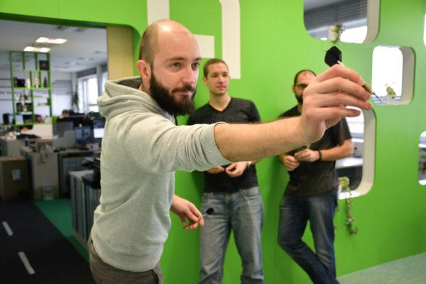 kolegové v profiqu hrají šipky