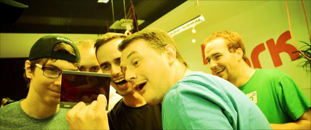 profiq kolegové si prohlížejí fotku ze služebky