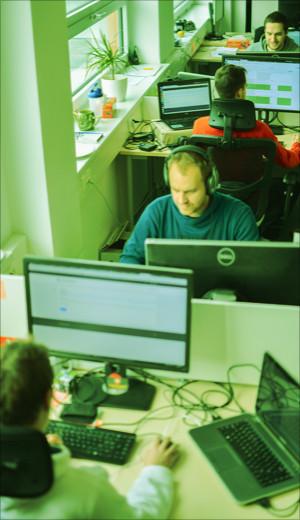 kancelář profiq členové týmu u svých počítačů