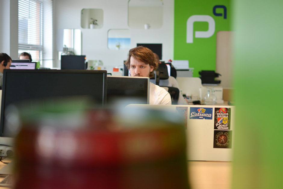 pohled přes monitory v kanceláři profiq