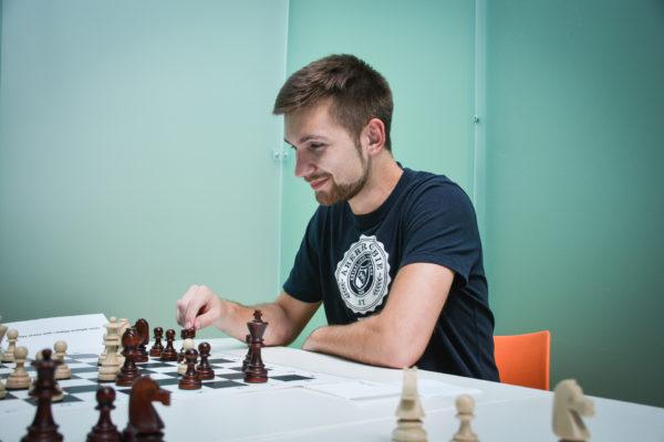Stážista v profiq hraje šachy