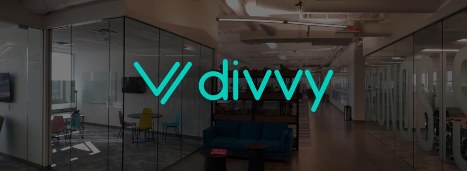 kanceláře společnosti Divvy s logem společnosti v popředí