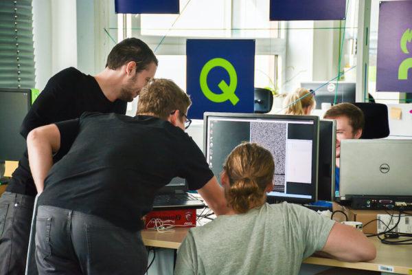 kolegové u počítače v kanceláři profiq