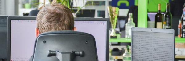 pohled do kanceláře profiq přes rameno jednoho ze zaměstnanců