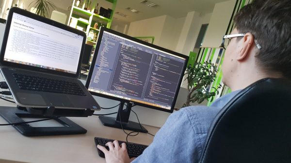 pohled na monitory v kanceláři profiq v Ostravě
