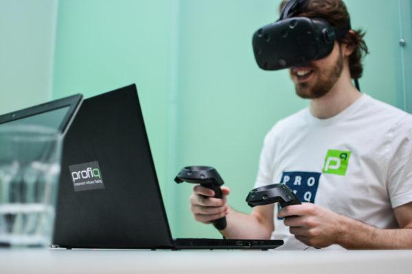 člen týmu profiq hraje VR hru