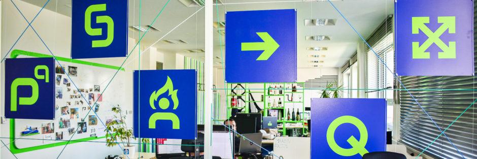 Firemní hodnoty profiq v symbolech umístěných v kanceláři